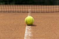 widok-z-przodu-pilka-tenisowa-na-ziemi_23-2148251017